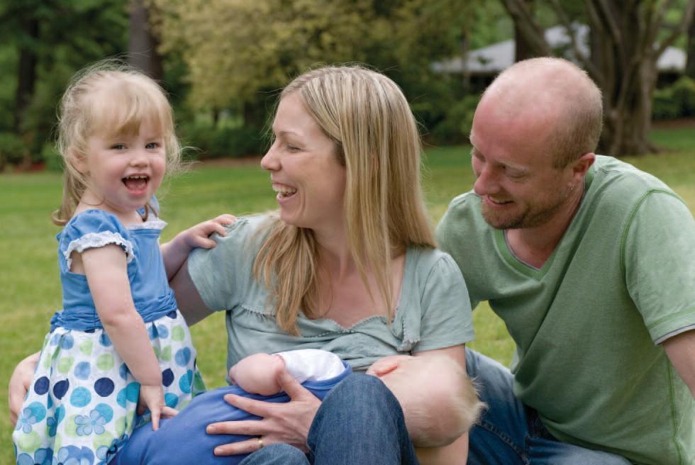 Famille en plein air avec bébé allaité.